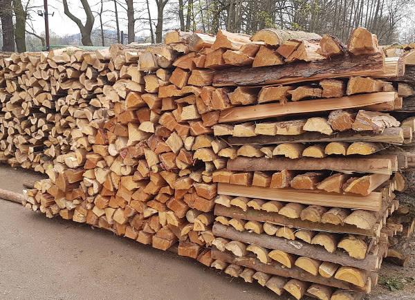 Měkké i tvrdé palivové dřevo v metrových délkách